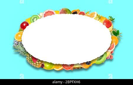 Photo créative de nombreux fruits tropicaux lumineux exotiques avec des ombres sur fond bleu et un ovale blanc isolé avec un bord dentelé magnifique Banque D'Images