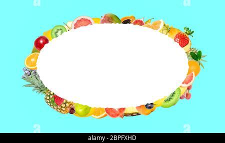 Photo créative de nombreux fruits tropicaux lumineux exotiques sur fond bleu et ovale blanc isolé avec de beaux bords dentelés dans le cent Banque D'Images