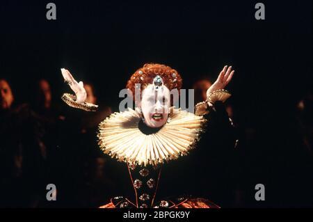 Josephine Barstow (Reine Elizabeth I) dans GLORIANA par Benjamin Britten à Opera North, Leeds, Angleterre en 1993 libretto: William Plomer basé sur 'Elizabeth et Essex: Une histoire tragique' par Lytton Strachey chef d'orchestre: Paul Daniel design: Anthony Ward directeur: Phyllida Lloyd