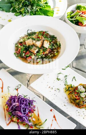 Traditionnel portugais mixte des tapas et des salades sur la sélection de table restaurant lisbonne