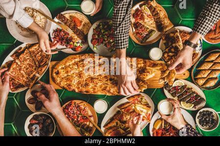 Table de dîner familiale traditionnelle musulmane du Ramadan avec divers aliments Banque D'Images