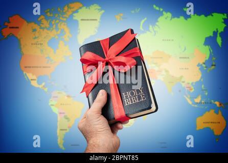 La Sainte Bible en main contre cadeaux carte du monde.