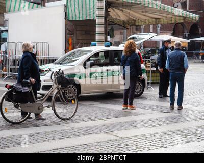 Cremona, Lombardie, Italie - Mai 2020 personnes locales portant un masque de protection facial en ligne et contrôles de police plus stricts à l'accès au marché de la rue