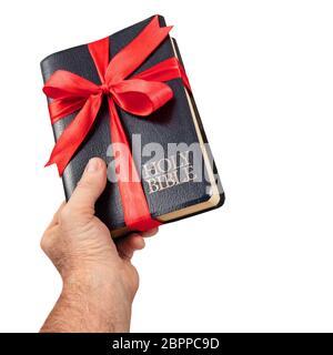 Donner la main la Sainte Bible isoler cadeaux sur fond blanc