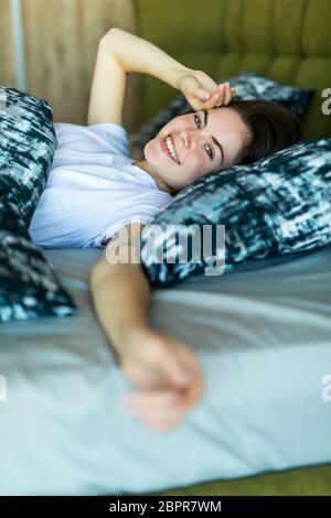 Belle jeune femme, se réveillant complètement reposé.