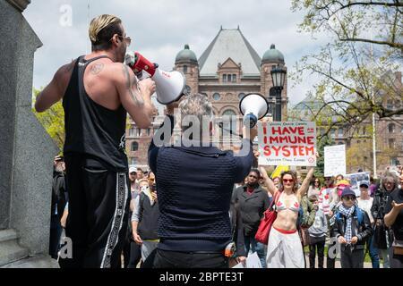 Les manifestants demandent la fin de la fermeture de la COVID-19 à l'Assemblée législative de l'Ontario, à Queen's Park, à Toronto.