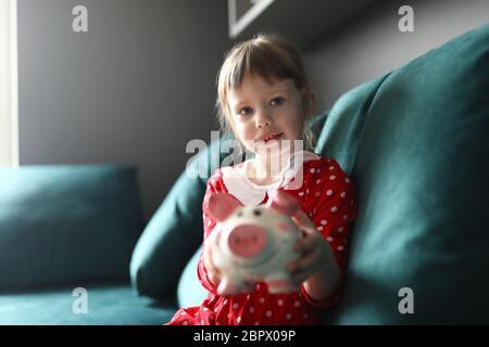 Charmant petit enfant sur le canapé