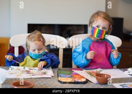 Enfants de 2 et 3 ans portant un masque facial, Covid 19 pandémique, 2020