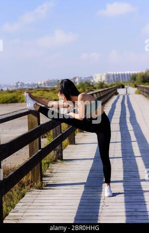 Femme forte qui fait pousser vers le haut à la plage