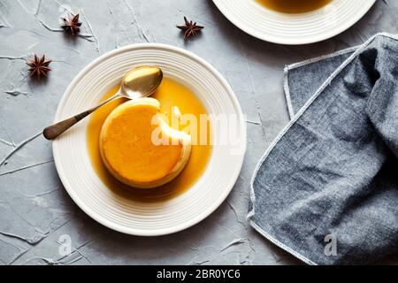 Petit pudding au caramel sucré maison de près