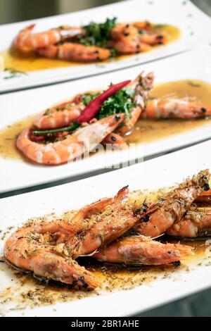 Fruits de mer portugais traditionnels mixtes plats de tapas de crevettes sur table restaurant lisbonne