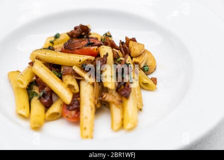Spaghetti Aglio e olio, pâtes séchées avec du piment et du bacon. La cuisine italienne. Banque D'Images