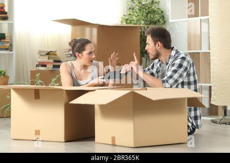 Déménagement Mariage accueil luttant pour une tablette assis sur le plancher
