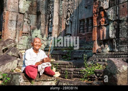 Un Nun au temple de Preah Khan. Angkor, site du patrimoine mondial de l'UNESCO, province de Siem Reap, Cambodge, Asie du Sud-est