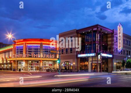 Des traînées de voiture et store fronts sur la Route 66, Avenue centrale, Centre-ville d'Albuquerque, Nouveau Mexique USA Banque D'Images
