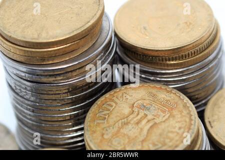 Stock de centaines de numéro 5 cinq Indian Rupee metal coin monnaie. Vue d'en haut. L'investissement financier, l'économie, concept. Voyage et l'échange de l'objet. Banque D'Images