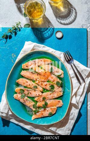 Plat latino-américain et italien Crudo de Salmon. Saumon cru mariné dans du jus de citron et des épices. Vue de dessus. Banque D'Images