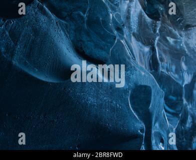 Un gros plan de la glace de glacier bleu glacier dans une cave