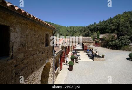 La vue du restaurant de la Table de Fontfroide à l'Abbaye Sainte-Marie de Fontfroide alias Abbaye de Fontfroide.Aude.Occitanie.France Banque D'Images