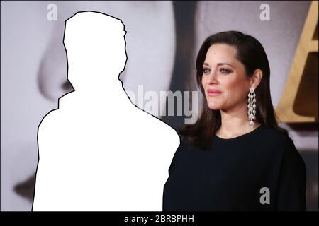 """QUIZ PHOTO: Pouvez-vous deviner le nom du célèbre acteur manquant de cette photo prise du tapis rouge de la première britannique de 'Allied' dans laquelle l'acteur a joué à côté de Marion Cotilard? Autre indice, il a reçu un Oscar pour le meilleur acteur de soutien pour sa performance dans """"une fois à un temps… à Hollywood"""", dirigé par Quentin Tarantino RÉPONSE: Brad Pitt présentant: Brad Pitt, Marion Cotillard où: Londres, Royaume-Uni quand: 21 nov 2016 crédit: LIA Toby/WENN.com Banque D'Images"""