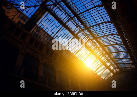 dôme en verre avec lumière du soleil, vue de l'intérieur Banque D'Images