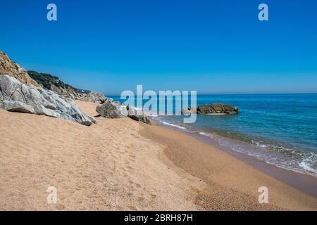 Plage vide à Canet de Mar dans la région de Maresme au nord de Barcelone, Espagne le jour ensoleillé à la fin du printemps 2020