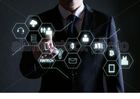 Homme d'affaires appuyant sur l'icône d'argent sur les écrans virtuels, les affaires, la technologie et le concept d'Internet . Banque D'Images