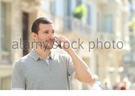 De graves man on smart phone debout dans la rue Banque D'Images