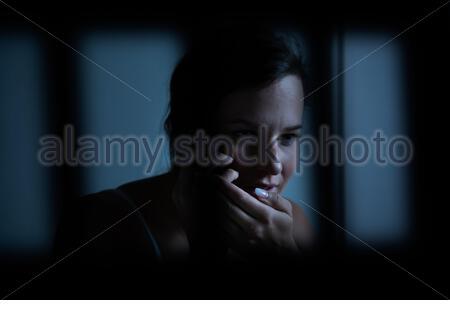 Femme Cellphone secrètement détenu en prison Banque D'Images