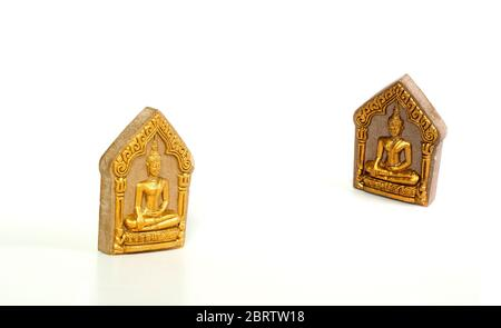 Petite image bouddhiste ancienne utilisation comme poussière amalet sur fond blanc