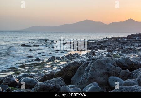 Coucher de soleil brumeux sur la plage de Puerto Del Carmen Lanzarote, îles Canaries