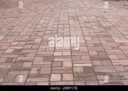 Vue en perspective sur la chaussée en pierre de brique pour Street Road. Motif carré de sol vintage pour un modèle.