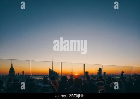 Vue sur les gratte-ciel de Manhattan avec gratte-ciel illuminés au coucher du soleil, à New York
