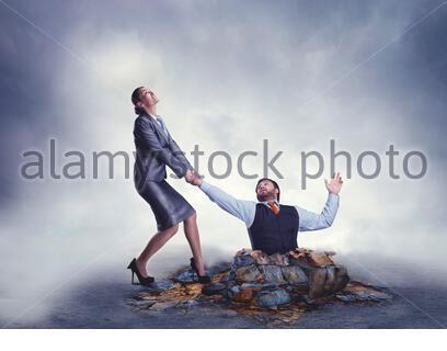 Man man aide pour sortir du piège Banque D'Images