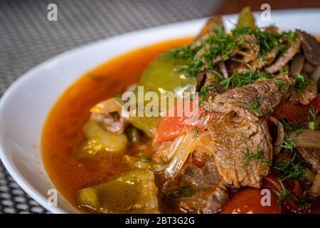 Lagman traditionnel oriental à soupe ouzbek avec agneau et légumes. Cuisine asiatique. Banque D'Images