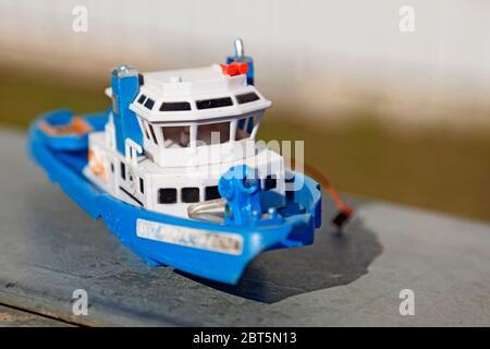 un bateau à jouets en plastique bleu et blanc Banque D'Images