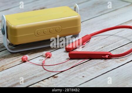 Vue macro élégante de la radio et des écouteurs sur fond de table en bois Banque D'Images