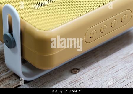 Vue macro de la radio élégante sur fond de table en bois Banque D'Images