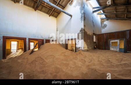 Ruines d'une maison remplie de sable dans la ville minière Kolmanskop, Namibie
