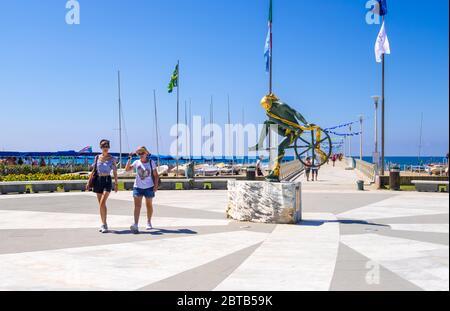 Forte dei Marmi, Lucca, Italie - 18 août 2019 : sculpture en bronze d'Ulysses ou de Controvento par l'artiste Anna Chromy sur la Piazza Navari, forte dei Marmi Banque D'Images