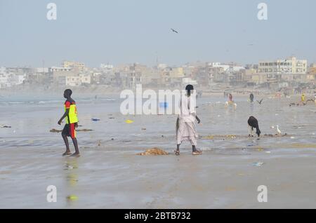 Yoff Beach, un site de pêche artisanale et un quartier côtier très peuplé à Dakar, Sénégal Banque D'Images