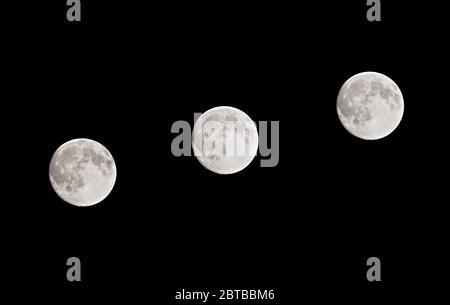Pleine lune de l'hémisphère Nord photographiée à intervalles de cinq minutes, par une nuit claire Banque D'Images