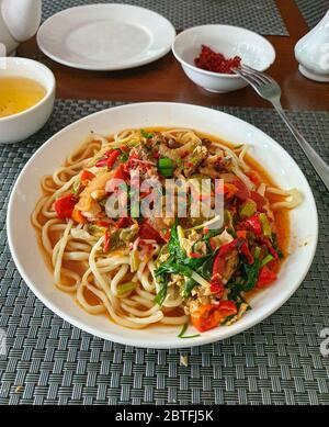 Lagman traditionnel ouzbek, soupe aux nouilles, légumes et viande, photo mobile Banque D'Images