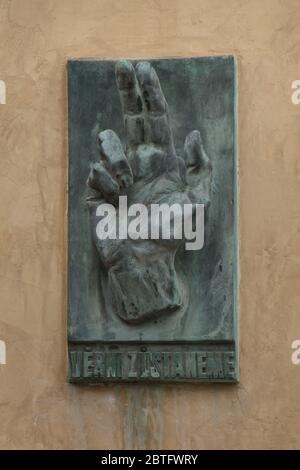 Plaque commémorative consacrée aux morts lors du soulèvement de Prague en mai 1945 placée sur le mur de l'église Saint-Nicolas (Kostel svateho Mikuláše) sur la place de la Vieille ville de Prague, République tchèque. L'emblématique main bénie avec l'inscription tchèque 'Věrni zůstaneme' (nous resterons fidèles) a été conçue par le sculpteur moderniste tchèque Karel Pokorny (1945).