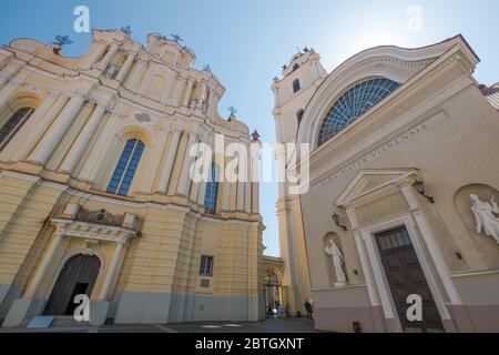 Vue sur l'église baroque et le clocher dans une cour de l'université de Vilnius. Dans la vieille ville historique de Vilnius, Lituanie. Banque D'Images