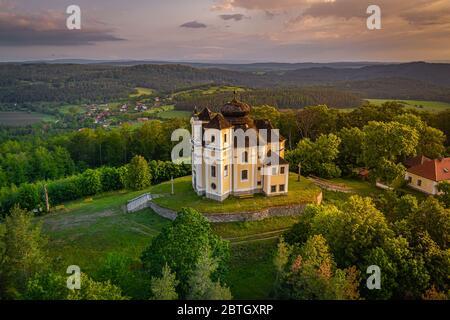 La montagne du pavot est un sommet des collines de Benesov et un lieu de pèlerinage important. Église baroque de Saint Jean-Baptiste et de la Vierge Marie.