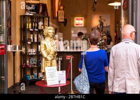 Petite sculpture de Beethoven devant un café de la rue Friedrich, faisant la queue pendant la pandémie de Corona, Bonn, Rhénanie-du-Nord-Westphalie, Allemagne. Eine klein Banque D'Images