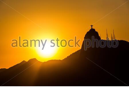 Silhouette du Christ Rédempteur avec un beau coucher de soleil à Rio de Janeiro, Brésil - 11 octobre 2014 : silhouette du Christ Rédempteur avec un beaut Banque D'Images