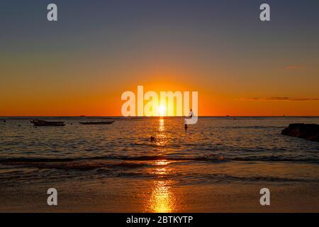 Magnifique coucher de soleil sur la plage à Honolulu, Hawaï. Banque D'Images