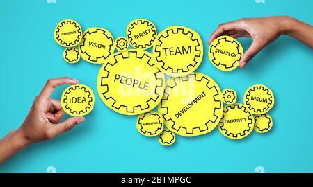 Collage de personnes tenant des engrenages avec des mots liés à l'entreprise sur fond bleu